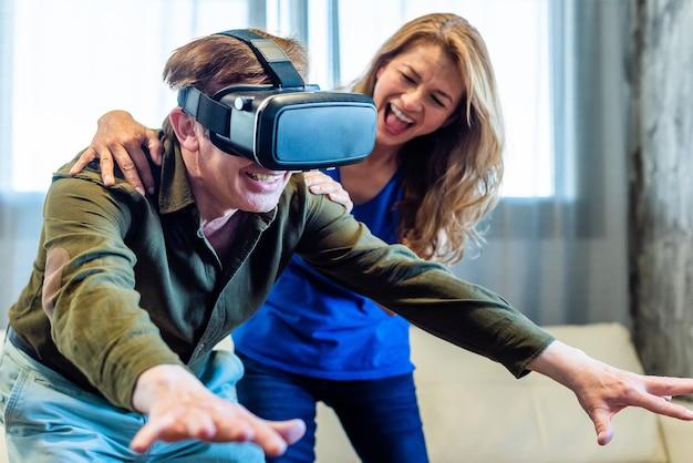 Ouder echtpaar dat thuis speelt met een virtual reality-bril. hoge kwaliteit foto