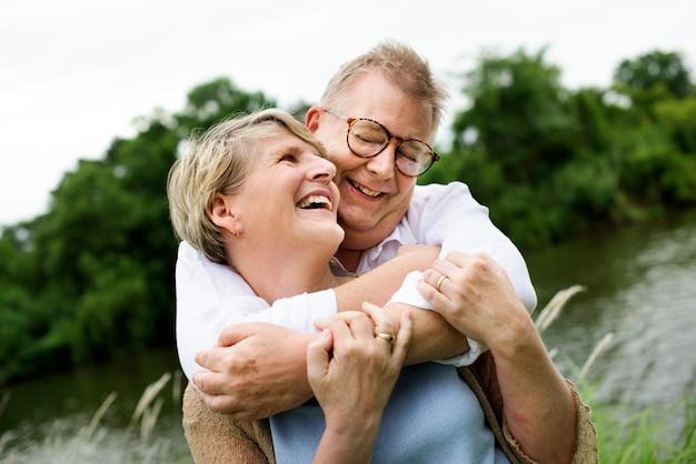 Ouder echtpaar hopeloos verliefd