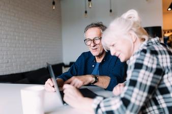 Ouder echtpaar in bejaardentehuis met laptop