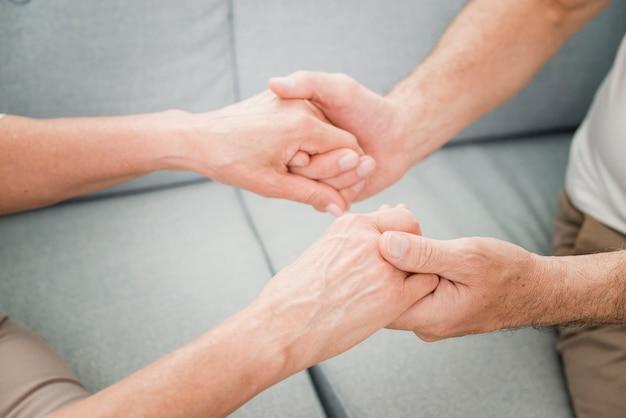 Ouder echtpaar is aanhankelijk met elkaar