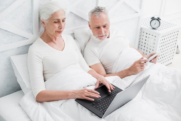 Ouder echtpaar met behulp van een laptop