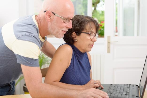 Ouder echtpaar met een laptop