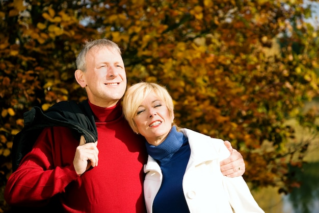 Ouder echtpaar met een wandeling