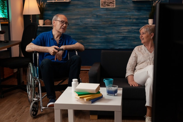 Ouder echtpaar ontspannen in de woonkamer tv kijken