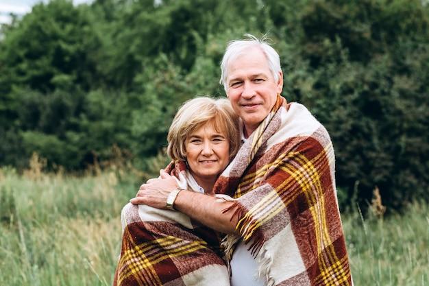 Ouder echtpaar wandelingen in de natuur en knuffels