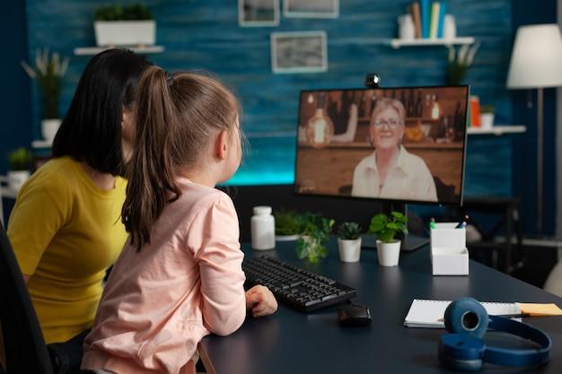 Ouder en klein kind ontmoeten oma tijdens videogesprek