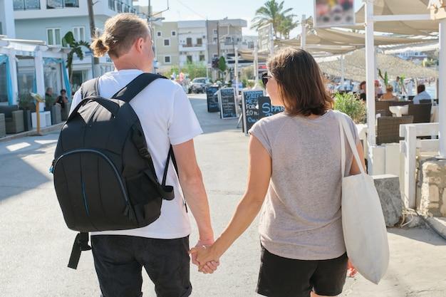 Ouder gelukkig paar dat hand in hand de toevluchtsoord loopt
