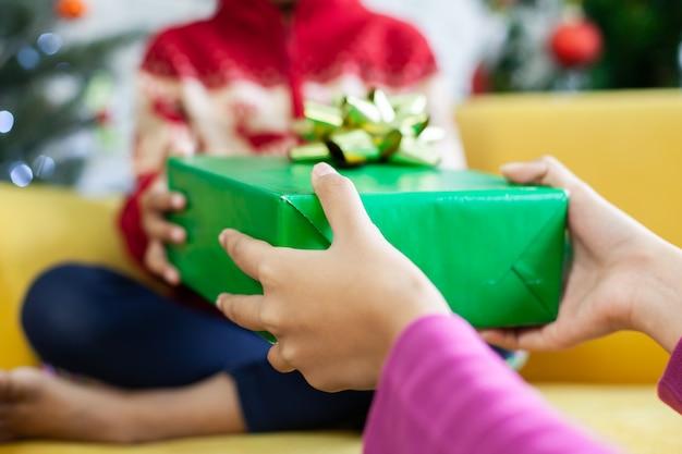 Ouder kerstcadeau vak geven schattig aziatisch kind meisje op kerstviering