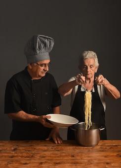 Ouder koppel kookt