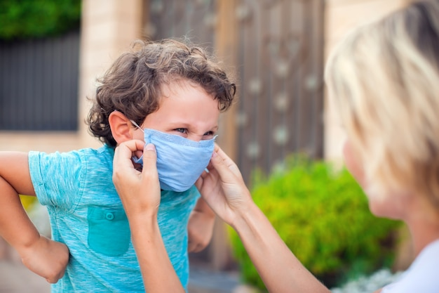 Ouder met kind in gezichtsmasker buiten