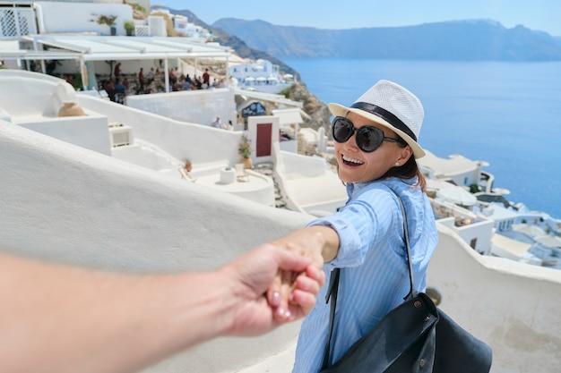 Ouder paar dat samen reist, het wijfje van de mannelijke handholding