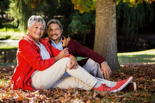 Ouder paar in het park in de herfst