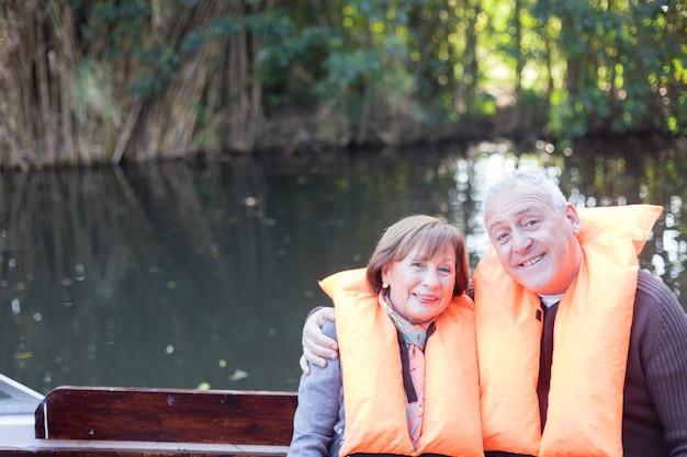 Ouder paar met een goede dag op het meer