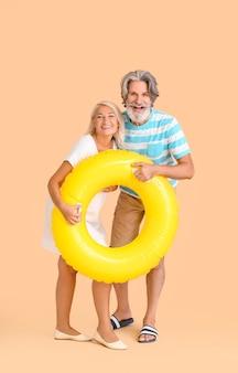 Ouder paar met opblaasbare ring op kleur achtergrond