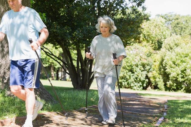 Ouder paar nordic walking in het park