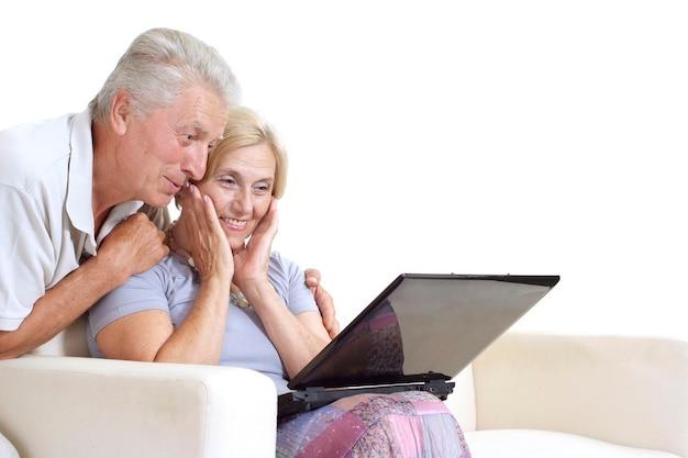 Ouder paar ontspannen thuis op een white