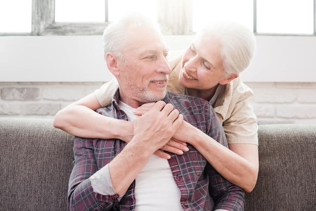 Ouder paar poseren voor een foto