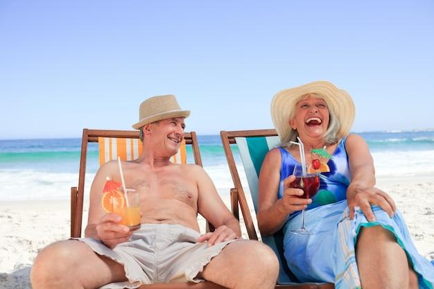 Ouder paar zittend op ligstoelen