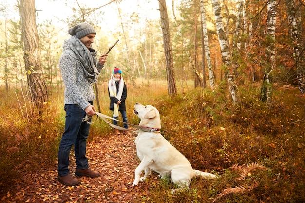 Ouder speelt met zijn hond en geeft een commando