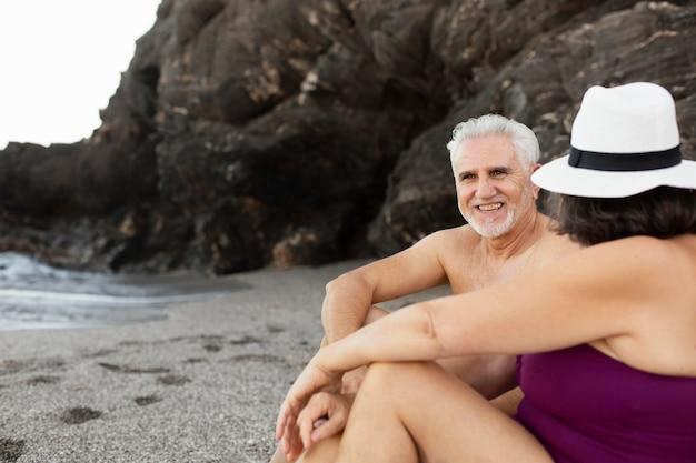 Ouder stel brengt samen tijd door op het strand