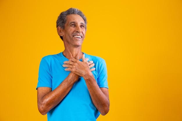 Oudere afro man met hand op borst dankbaar Premium Foto