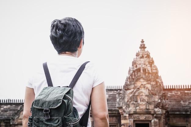 Oudere aziatische vrouw reiziger backpacker kijken naar historisch park