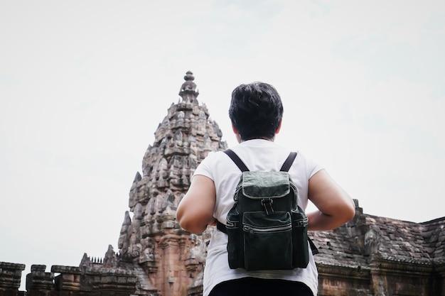 Oudere aziatische vrouw reiziger backpacker op zoek naar historisch park, attracties phanom rung, een oude khmer