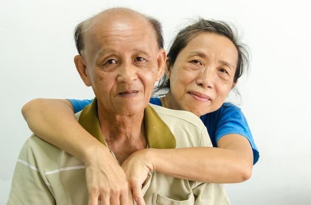Oudere aziatische vrouwen en mannen houden van elkaar
