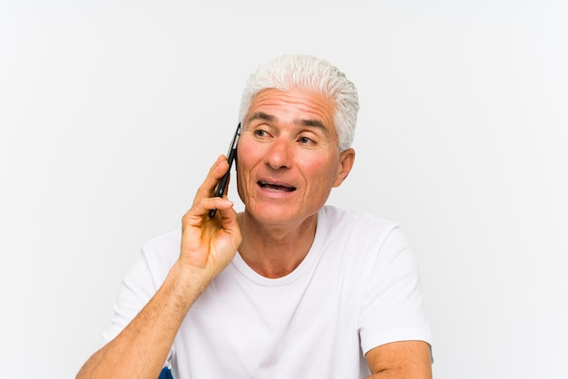 Oudere blanke man praten over telefoon