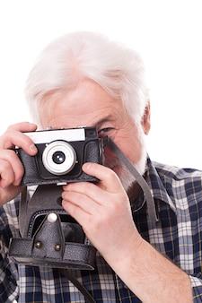 Oudere fotograaf met retro camera