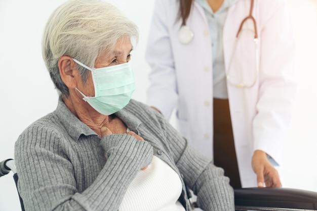 Oudere gezondheidscontrole, ze dragen een chirurgisch masker