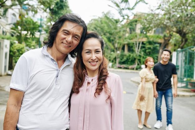 Oudere knuffelen aziatische paar,
