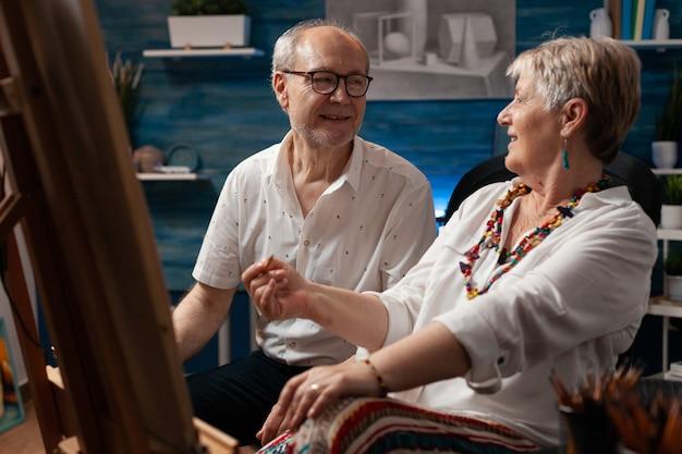 Oudere kunstenaars praten over het maken van tekeningen in kunststudio