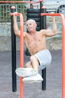 Oudere man buitenshuis uit te werken