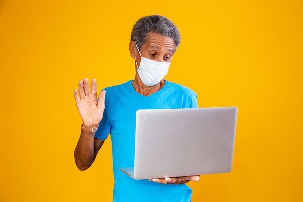 Oudere man die een computervideogesprek voert met familieleden in de pandemie. quarantaine concept