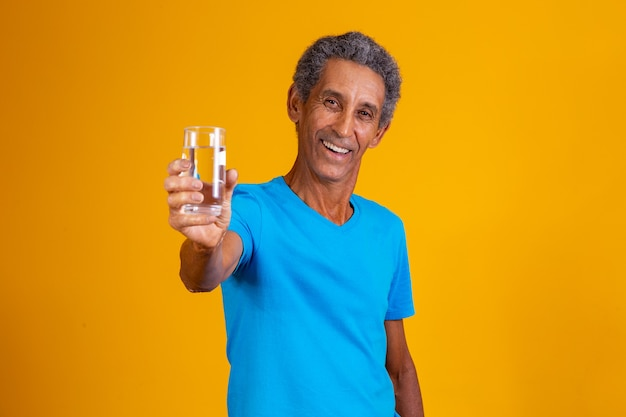 Oudere man drinkwater om te hydrateren. oudere man met een glas water