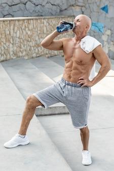 Oudere man drinkwater rusten