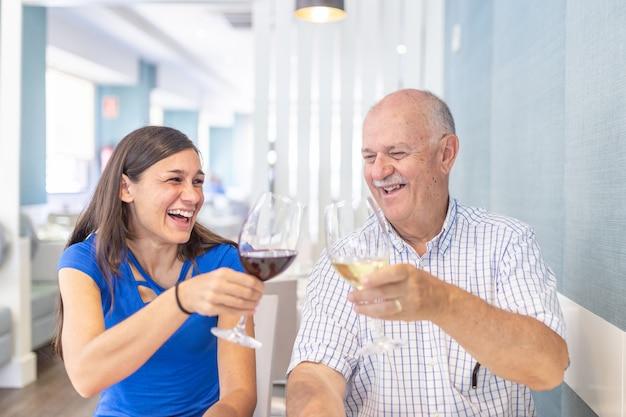 Oudere man en jonge vrouw genieten en glimlachen, tijd samen doorbrengen