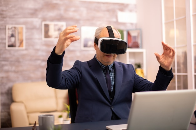 Oudere man ervaart voor het eerst nieuwe virtual reality-technologie in zijn huis