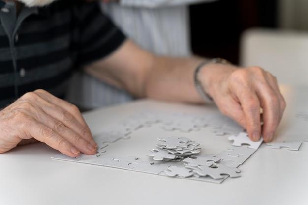 Oudere man geconfronteerd met de ziekte van alzheimer