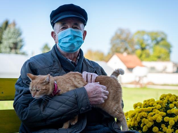 Oudere man met de kat van de maskerholding