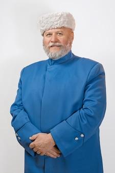 Oudere man met een grijze baard in een hoed