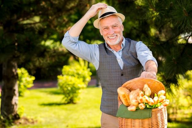 Oudere man met een mand buitenshuis