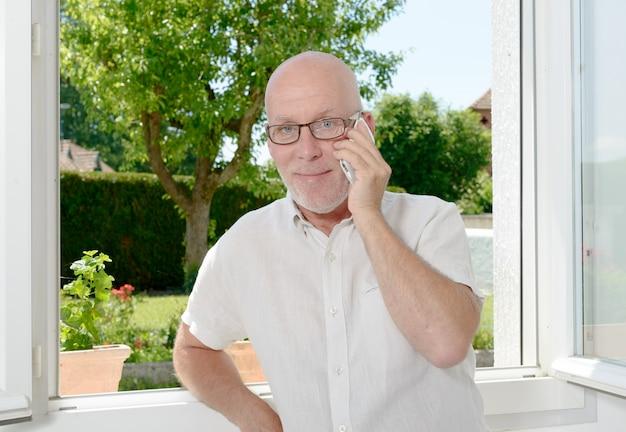 Oudere man met een mobiele telefoon