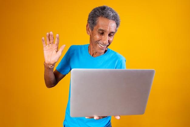 Oudere man met laptop in videoconferentie