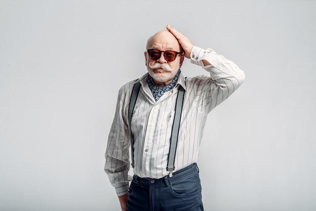 Oudere man met snor vormt in zonnebril