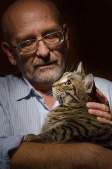 Oudere man met zijn kat