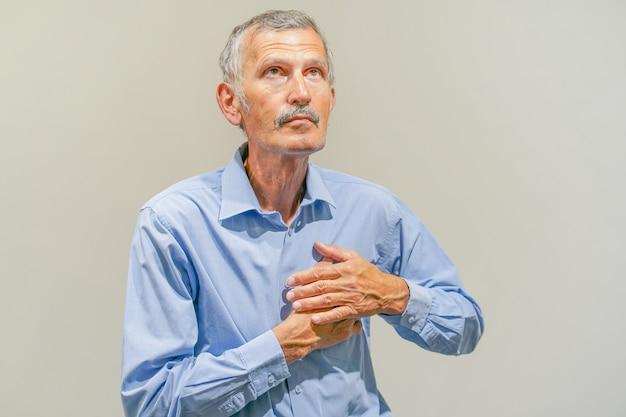 Oudere man pijn op de borst
