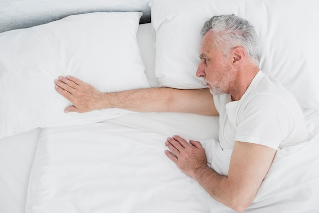 Oudere man slapende bovenaanzicht