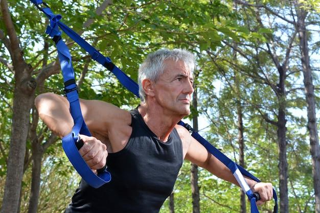 Oudere man trx-training